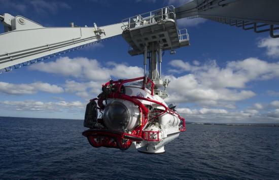 7月13日,在美國夏威夷,執行援潛救生任務的深潛救生艇吊放入水。
