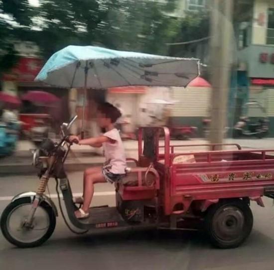 家长去哪儿了?网传视频小女孩骑电三轮疾驰(图)