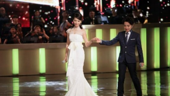 刘涛身披婚纱登台献唱《我终于成了别人的女人》 眼眶含泪被赞美如画