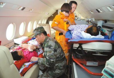 重伤维和士兵回国接受治疗