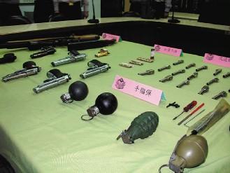 男子拿假手榴弹抢劫被拘 网友:不作死就不会死(图)