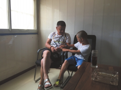 9岁非婚生男童百里寻母大腿内侧现疑似铁钳伤痕