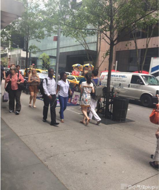 奶茶妹妹与刘强东现身纽约 挽手逛街十分甜蜜