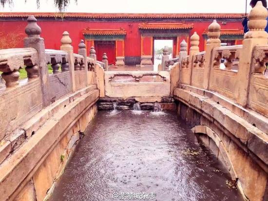 其次,故宫的整个排水系统是统筹规划的,院落的周边设有明沟,院落