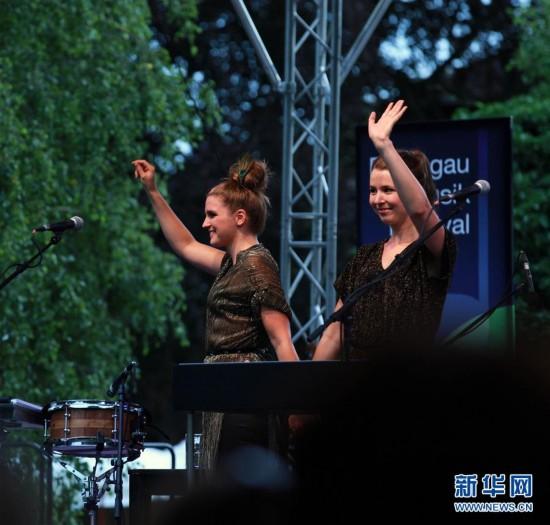 德国独立乐姐妹组合献艺莱茵高音乐节