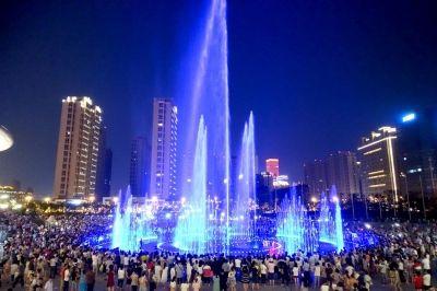 南通海安体育广场喷泉色彩斑斓 吸引市民观赏
