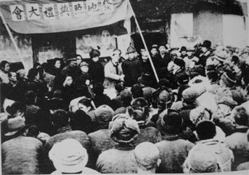 1949年4月,人民政府发给农民土地执照现场大会.-辽宁土改几乎与解