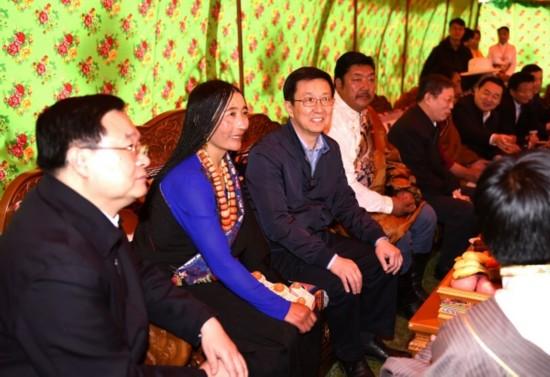 图说:上海党政代表团在青海果洛学习考察,韩正杨雄同当地牧民亲切交流。新民晚报 陈正宝 摄