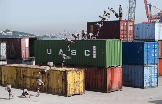 土耳其男子50米集装箱上玩自由飞跃
