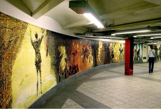 艺术家Eric Fischl位于34街宾州车站的玻璃马赛克作品《马戏团欢乐的花园》(The Garden of Circus Delights),创作于2011年。图片:Courtesy of the MTA