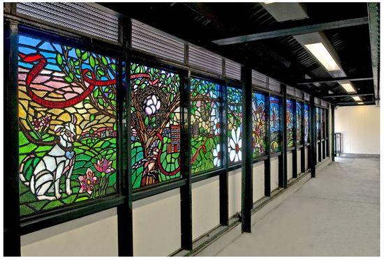 华裔艺术家Carlo Sun在167街站的玻璃艺术《一个布朗克斯的影子》(A Bronx Reflection),创作于2007年。图片:Courtesy of the MTA