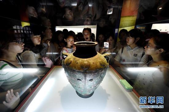 观众参观殷墟博物馆内的文物展品(7月13日摄)