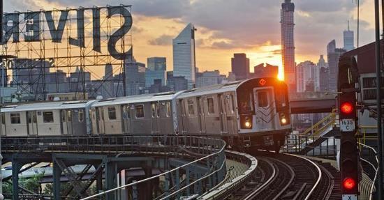 一辆运行中的纽约地铁。图片:Courtesy of the MTA