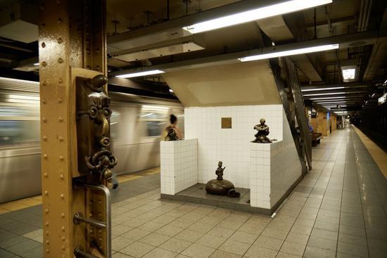 汤姆・奥特奈斯,《地下的生活》(Life Underground,2004)。位于纽约14街-8大道地铁站的公共艺术。图片:Courtesy of the artist and Tom Powel Imaging