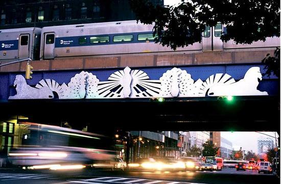 艺术家Terry Adkins在哈勒姆区125街的装置作品《哈勒姆安可曲》(Harlem Encore),创作于2007年。图片:Courtesy of the MTA