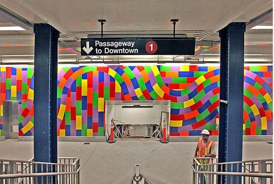 59街-哥伦布圆环站在索尔・勒维特去世后才完成的马赛克作品《螺旋与回旋(MTA)》(Whirls and twirls [MTA])。图片:Courtesy of the MTA
