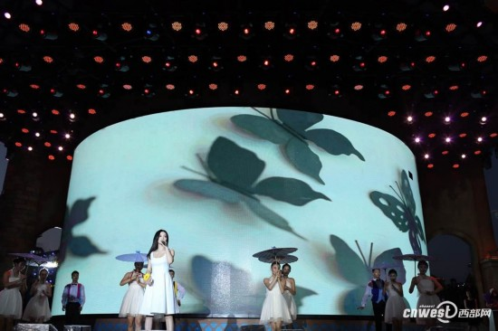 陕西频道 要闻 陕西新闻  原标题:国民女神空降彩色跑现场 引发彩跑粉