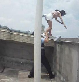 少女欲跳楼被拽下