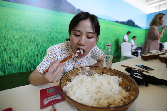 浙江百人生撸大米饭 90后美女一口气吃完8斤