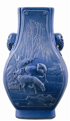 淡蓝釉柳下双马纹象耳瓶