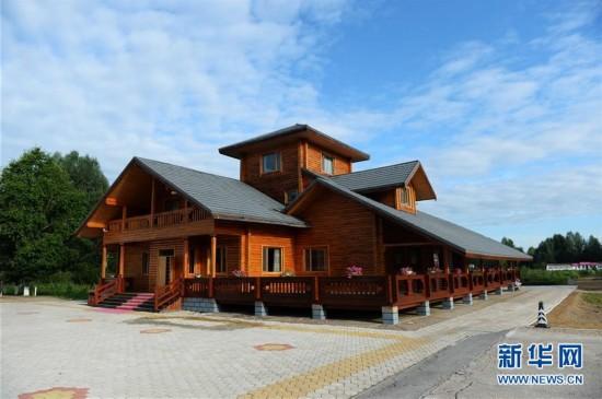 呼中区为游客建造的木制别墅(8月4日摄).