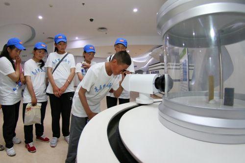 8月7日,来自西藏聂拉木县的藏族学生在山东核电科技馆了解阿尔法散射实验。新华社发(唐克 摄)