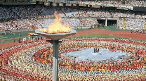 """1992年巴塞罗那奥运会的口号是:""""永远的朋友(friends for life)"""".图片"""