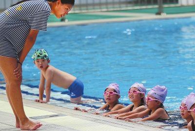 泳池里快乐暑假