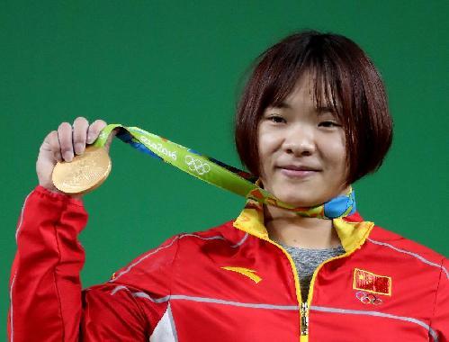 这位24岁的姑娘拿到了里约奥运会女子举重69公斤级冠军,她延续了过去三四年里的一项纪录――只要出战国际大赛,从来不输。