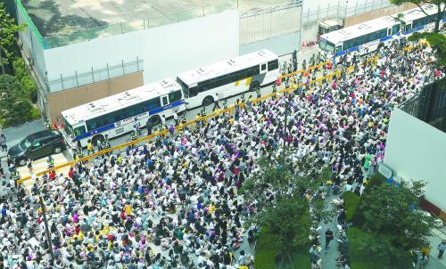 10 日,两千余名韩国抗议者在日本大使馆前举行集会,要求日本政府为强征慰安妇罪行真诚道歉。