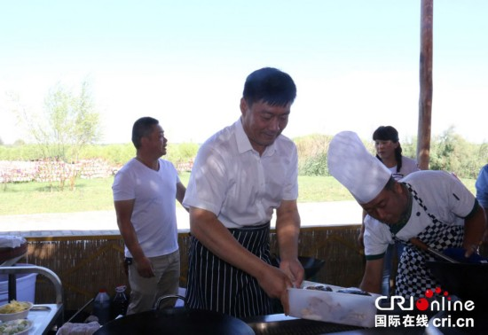 东边跳伞西边做鱼 新疆博湖县委书记也是拼了(组图)