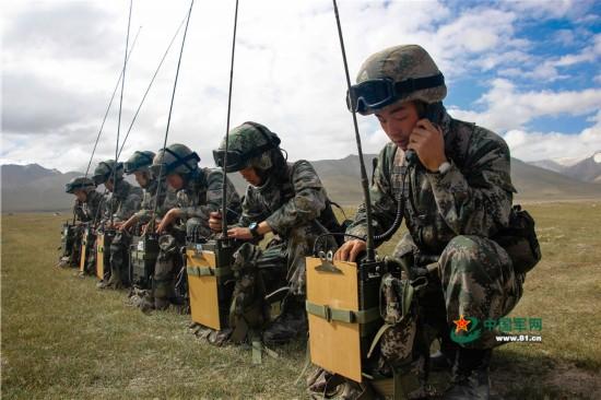 通信兵进行设备测试,检查通信网络。   8月上旬,陆军第13集团军某高炮团机动数千公里,在海拔4000多米的西北大漠,展开多场陆空对抗演练。该团充分发挥高炮和地空导弹的不同性能特点,采取灵活机动的战术,以弹炮结合的方式,高效抗击了各型敌机的多样化进攻,锤炼了官兵们的战斗技能,推进了团队整体战斗力的提升。(胡靖 余博 郭朋摄影报道)