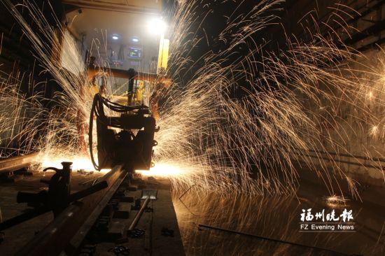 榕地铁1号线全线轨道贯通 北段12个车站力争年底试运行
