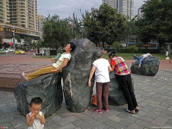 西安大妈争相趴石