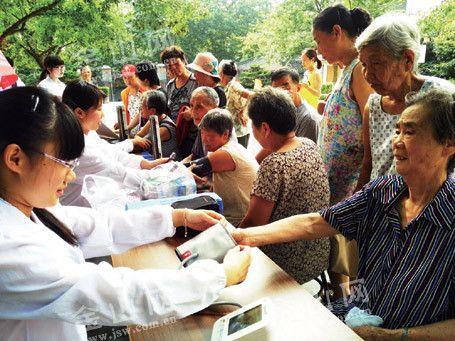 江大医学院志愿者走进社区开展防暑义诊活动