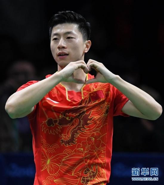 这是8月11日,中国选手马龙在获得里约奥运会乒乓球男子单打冠军后庆祝。 新华社记者蔺以光摄