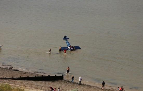 英航展飞机坠落 飞机失控坠入海中飞行员受轻伤