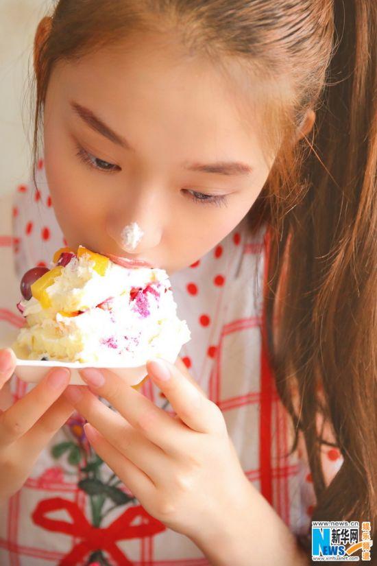"""林允变身""""萌系""""少女 写真首曝光 吃蛋糕俏皮可爱清新甜美"""
