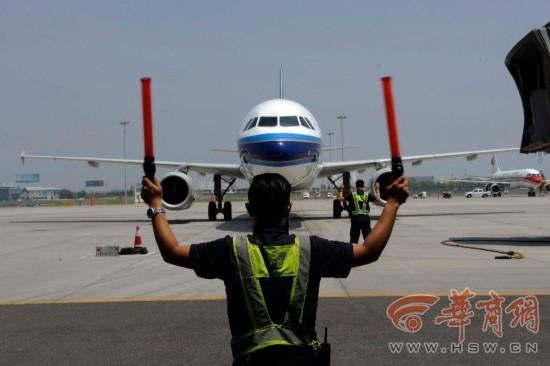 在中国南方航空西安飞机维修厂航线车间内