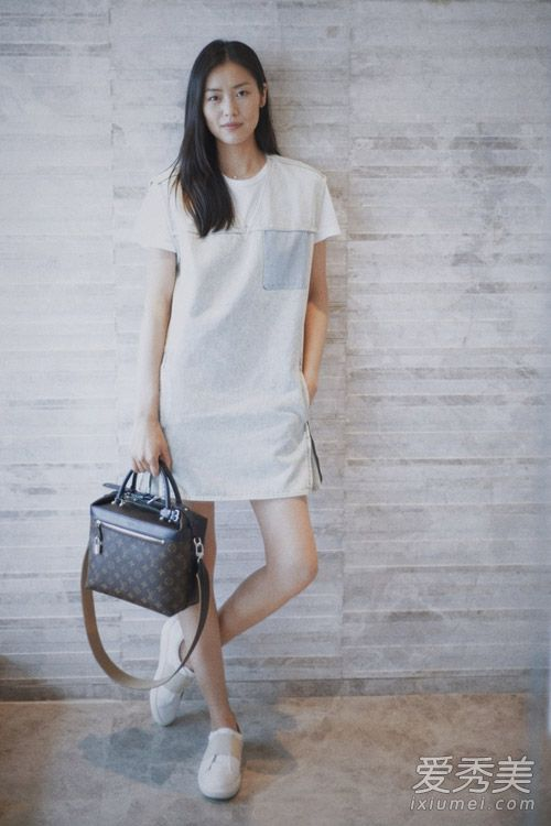 刘雯最新街拍 表姐穿衣简单有范图片