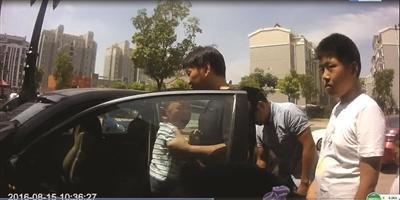 4龄男童误锁车门 高温下被闷半小时