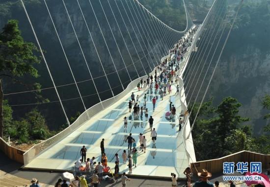 张家界大峡谷玻璃桥试运行