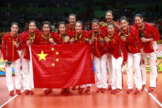 12年后,中国女排终于重返奥运之巅。20日晚的小马拉卡纳体育馆,在小组赛中2胜3负的中国女排在里约奥运会决赛中以3:1战胜塞尔维亚队,历史上第三次捧起奥运会冠军奖杯。
