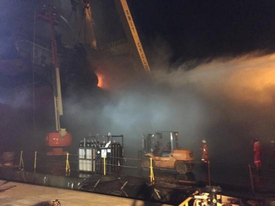 台船基隆厂晚间大火,疑拆卸旧船不慎酿灾。(图片来源:台湾《联合报》)