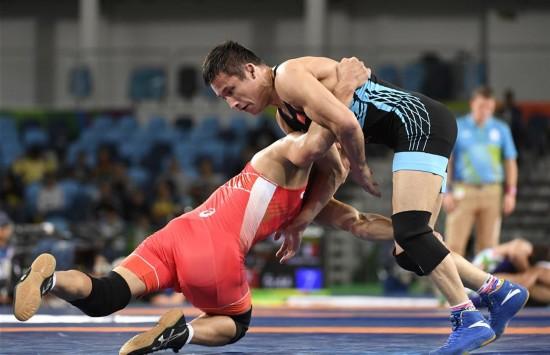 组图:男子摔跤65公斤级1/8决赛 中国选手负于蒙古国选手