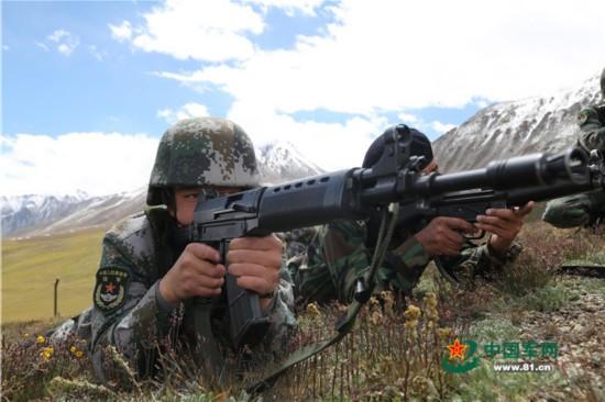 中巴边防军警在边境线开展联合巡逻(组图)