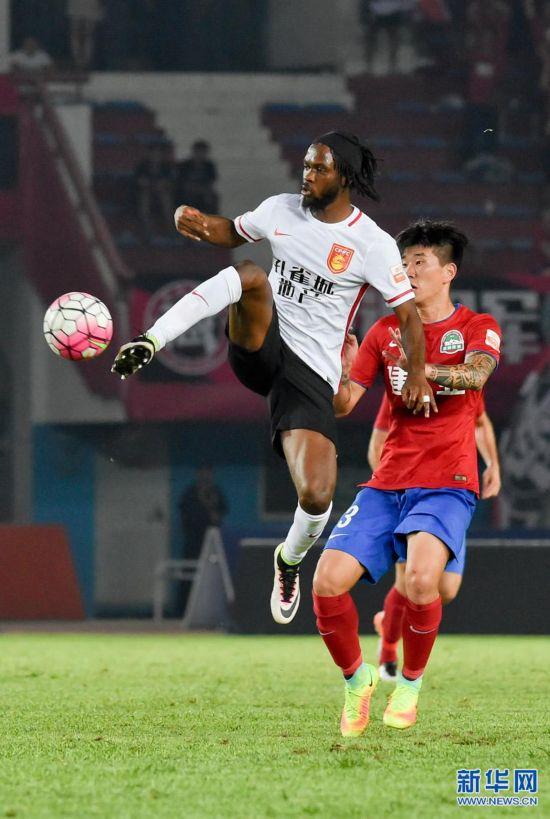 河南/8月21日,河北华夏幸福队队员热尔维尼奥(上)在比赛中拼抢。