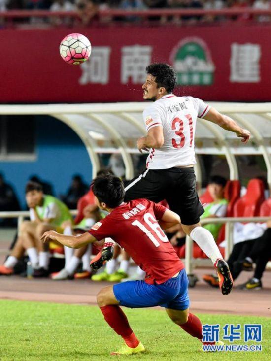 河南/8月21日,河北华夏幸福队队员阿洛伊西奥(上)在比赛中争顶。