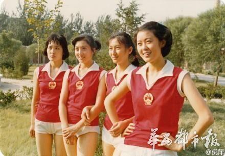 倪萍晒30年前扮演女排队员老照片为郎平点赞