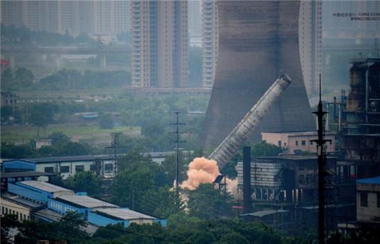 p46-2 6月15日,工作了59年的杭钢炼铁厂老一号高炉烟囱及值班室被爆破。